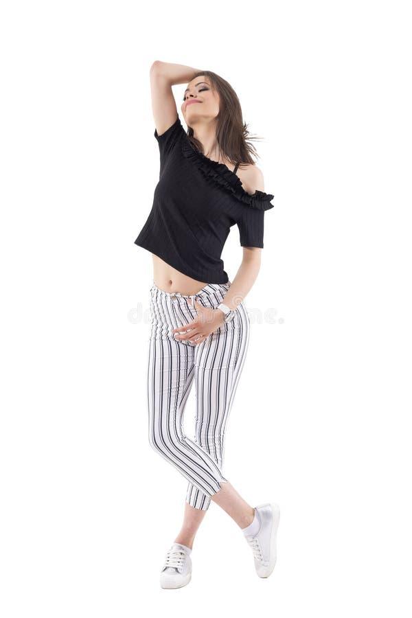 Entspannte sorglose junge modische Frau weg von in der Schulterspitze und in gestreiften Hosen, die mit geschlossenen Augen aufwe stockfotos