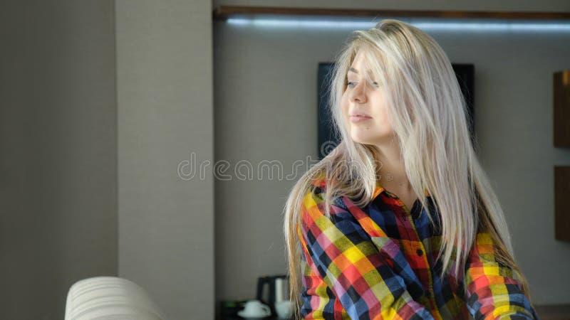 Entspannte untätige Freizeit des jungen schönen blonden Mädchens lizenzfreies stockbild