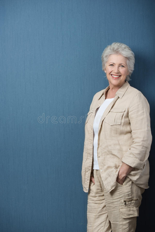 Entspannter älterer Lehrer oder Geschäftsfrau lizenzfreie stockbilder