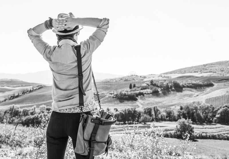 Entspannter Abenteuerfrauenwanderer, der in Toskana wandert lizenzfreies stockfoto