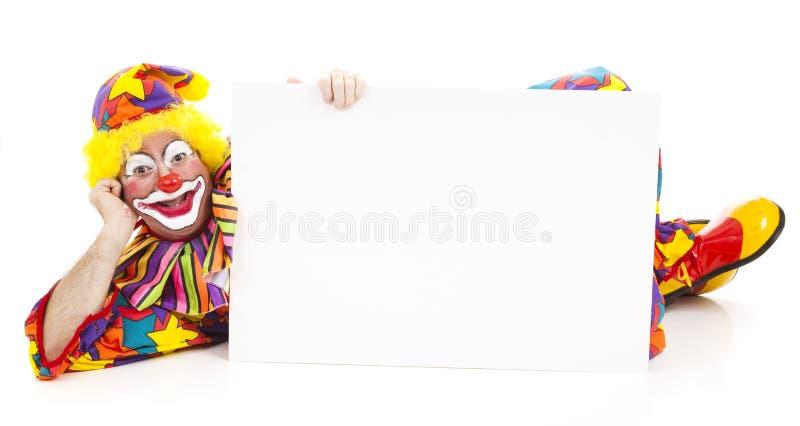 Entspannter Clown mit Zeichen stockfotografie