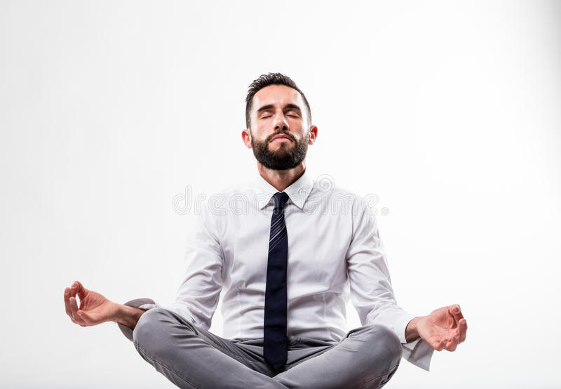 Entspannter Geschäftsmann in der Meditationshaltung stockfoto