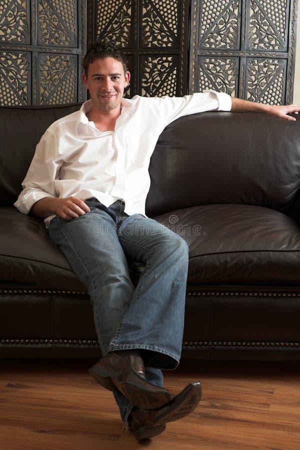 Entspannter junger Mann lizenzfreies stockfoto
