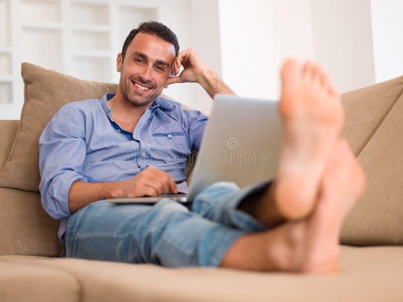 Entspannter junger Mann zu Hause auf Balkon lizenzfreies stockfoto
