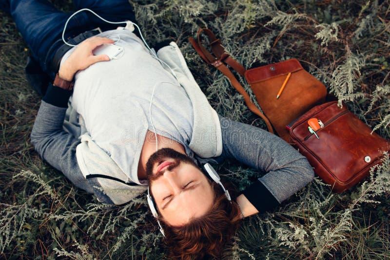 Entspannter Mann, der Musik an der Draufsicht der Natur hört lizenzfreie stockbilder