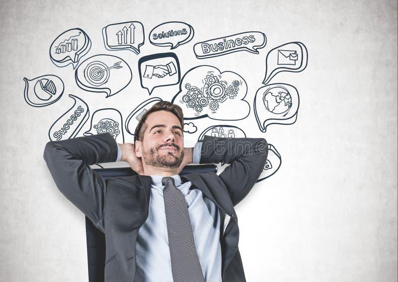 Entspannter Mann im Lehnsessel, Geschäftserfolg stockfoto
