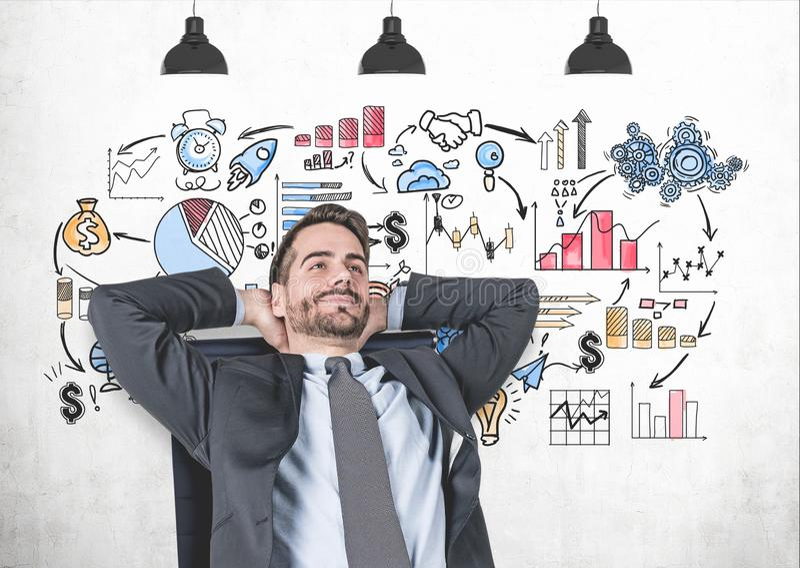 Entspannter Mann im Lehnsessel, Geschäftsstrategie stockbild