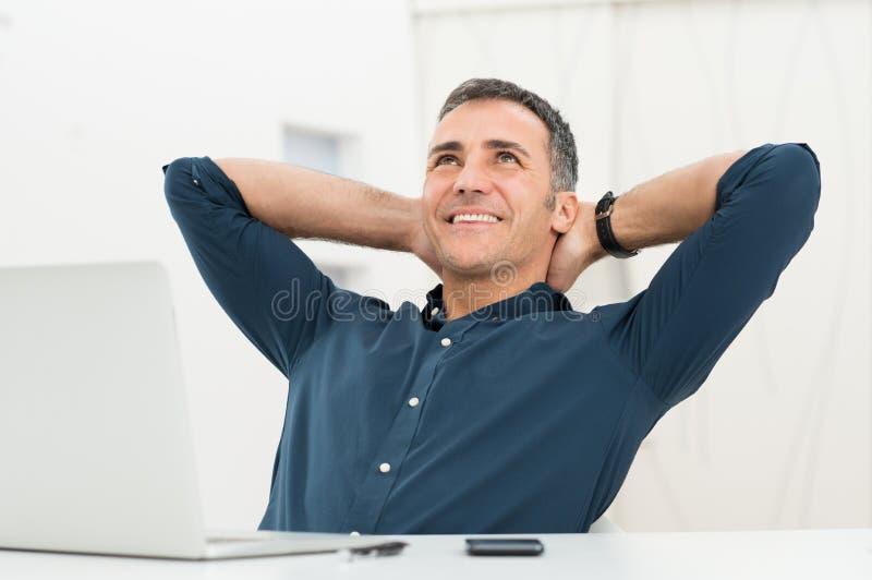 Entspannter träumender Mann stockbild