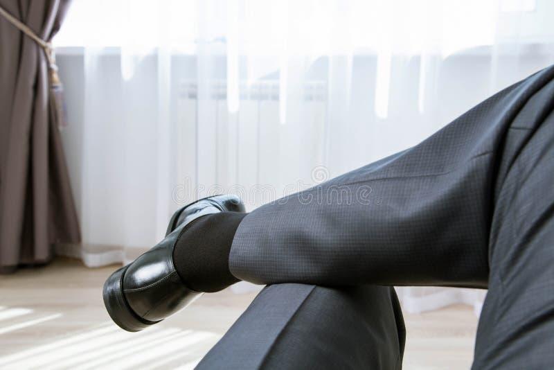 Entspannter unerkennbarer Geschäftsmann in der informellen Atmosphäre stockbilder