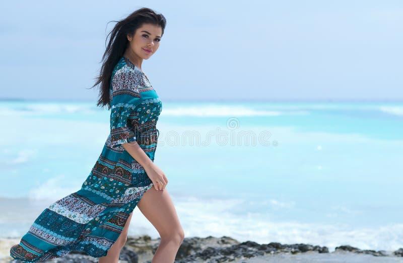 Entspanntes Mädchen, das Frischluft, emotionales sexy Modell Near The Sea atmet stockfotos