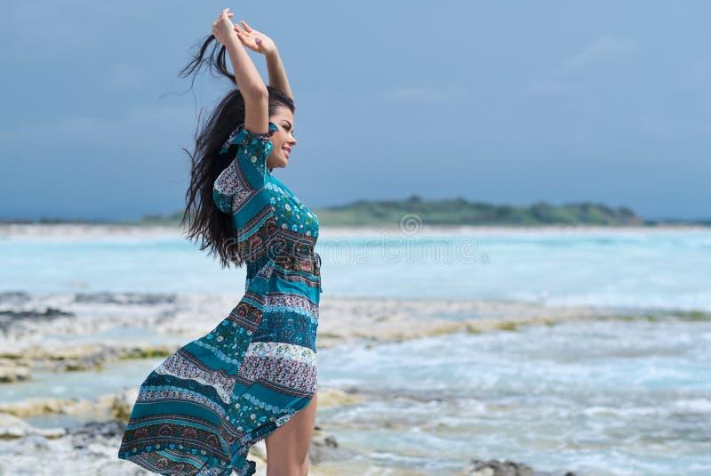 Entspanntes Mädchen, das Frischluft, emotionales sexy Modell Near The Sea atmet lizenzfreie stockbilder