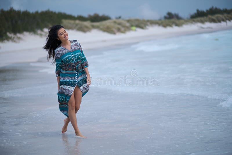 Entspanntes Mädchen, das Frischluft, emotionales sexy Modell Near The Sea atmet lizenzfreie stockfotos