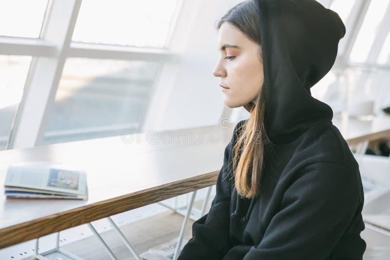 Entspanntes trauriges ruhiges junges Mädchen im Hoodie Profilseitenportr?t lizenzfreies stockfoto