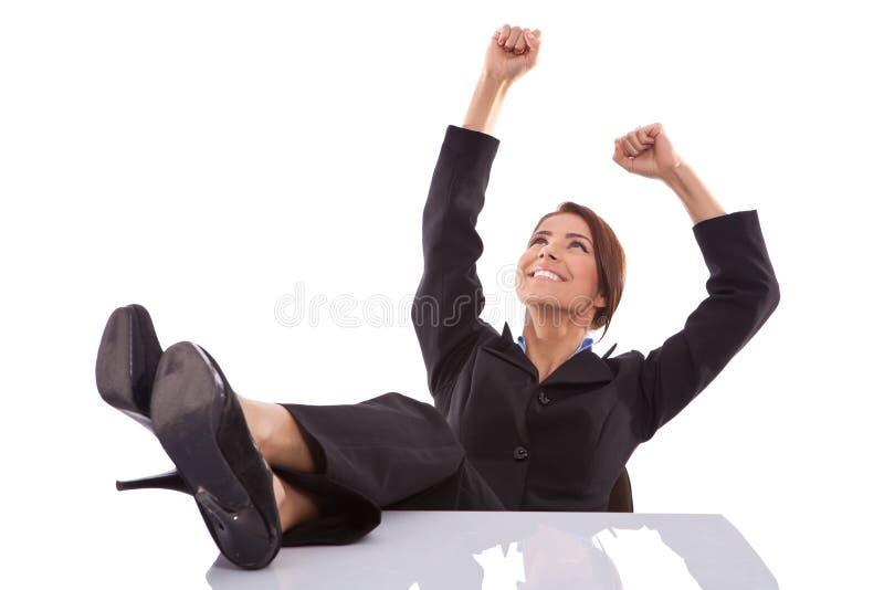 Entspanntes und gewinnendes Geschäftsfrausitzen stockfotos