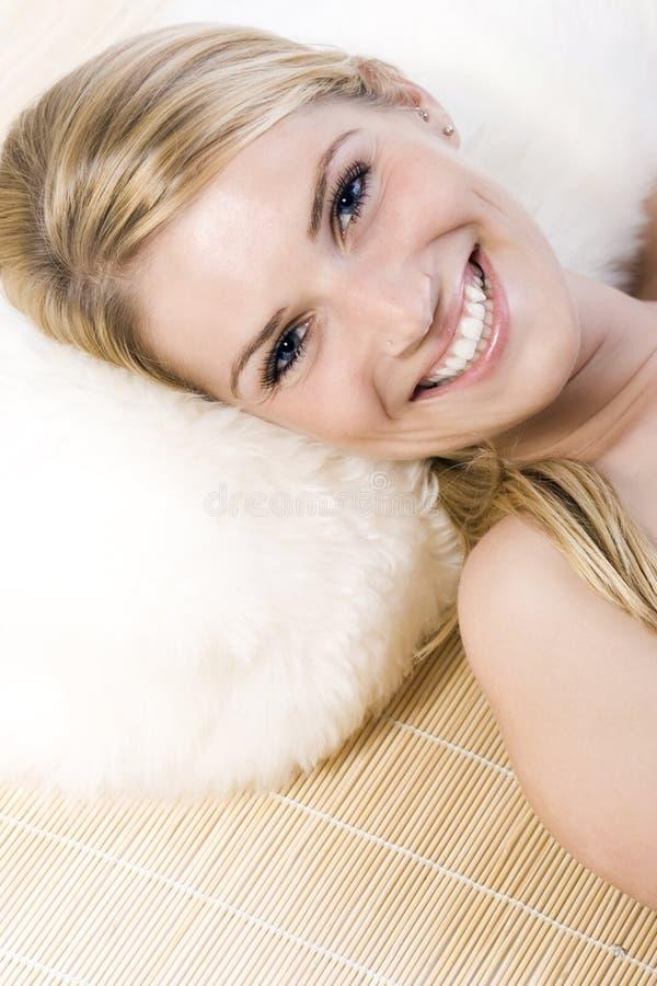 Entspanntes und glückliches schönes Blondinelächeln stockbild
