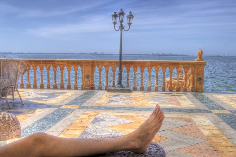 Entspannung auf dem Ringling Villenpatio stockbilder