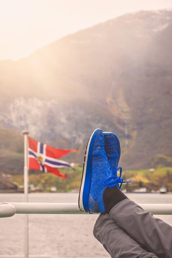 Entspannung auf einer Fjordkreuzfahrt in Norwegen stockbild