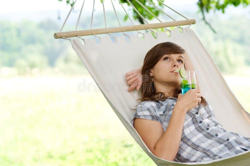Entspannung auf Hängematte lizenzfreie stockfotos