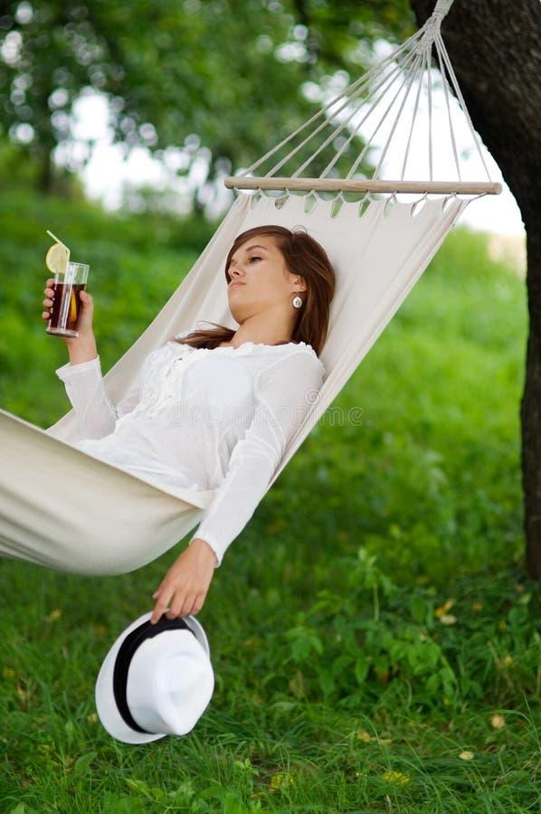 Entspannung auf Hängematte lizenzfreies stockfoto