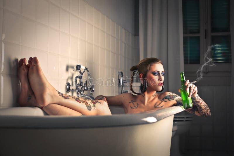 Entspannung in der Badewanne lizenzfreies stockbild