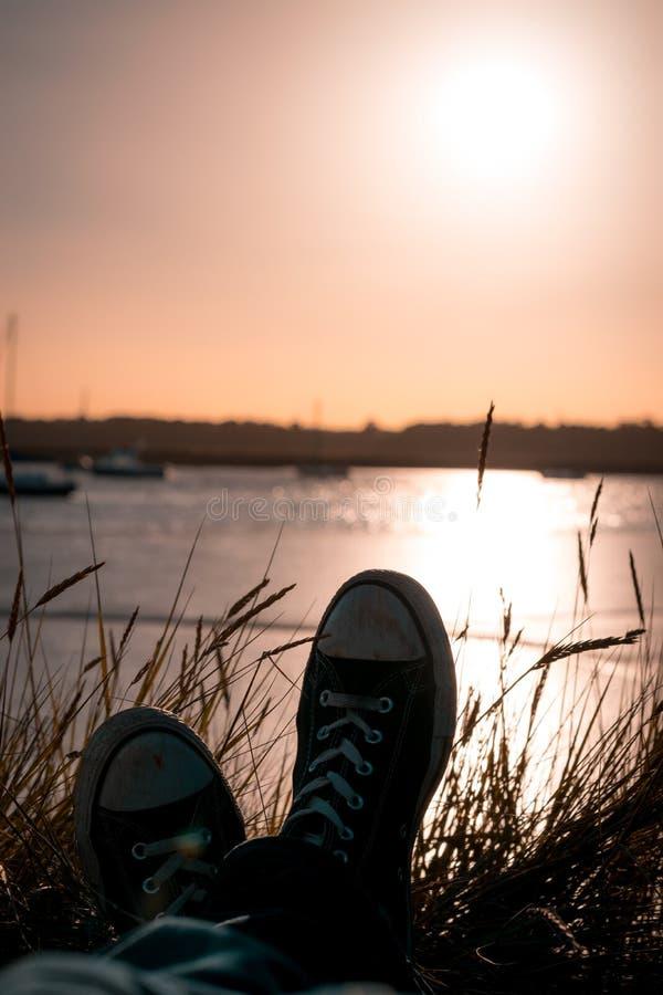 Entspannung durch den Fluss bei Sonnenuntergang lizenzfreie stockbilder