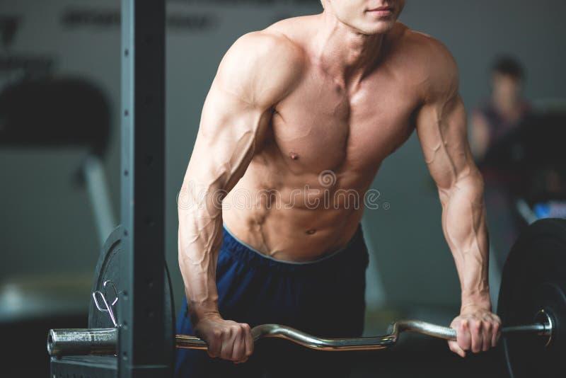 Entspannung durch pilates Kugel Muskulöser und sexy Torso des jungen Mannes, der perfekten sechs Satz-ABS, -bizeps und -kasten Bo stockbilder