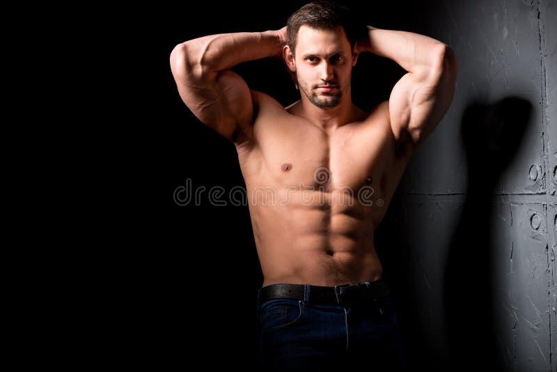 Entspannung durch pilates Kugel Muskulöser und sexy Torso des jungen Mannes, der perfektes männliches großes Stück der ABS, des B lizenzfreie stockfotografie