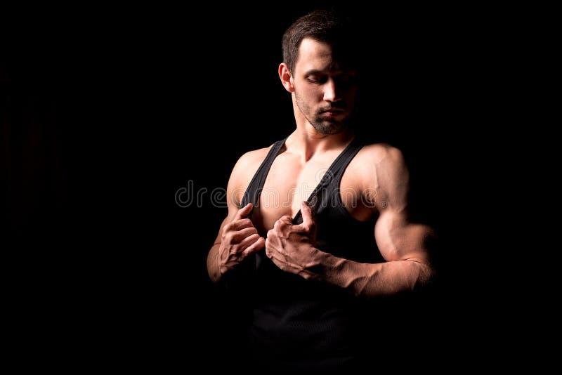 Entspannung durch pilates Kugel Muskulöser und sexy Torso des jungen Mannes, der perfektes männliches großes Stück der ABS, des B stockfotografie