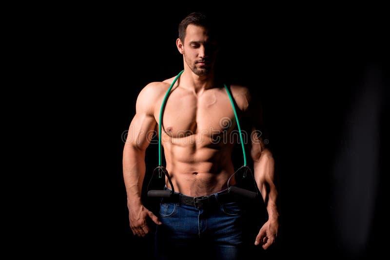 Entspannung durch pilates Kugel Muskulöser und sexy Torso des jungen Mannes, der perfektes männliches großes Stück der ABS, des B stockfotos