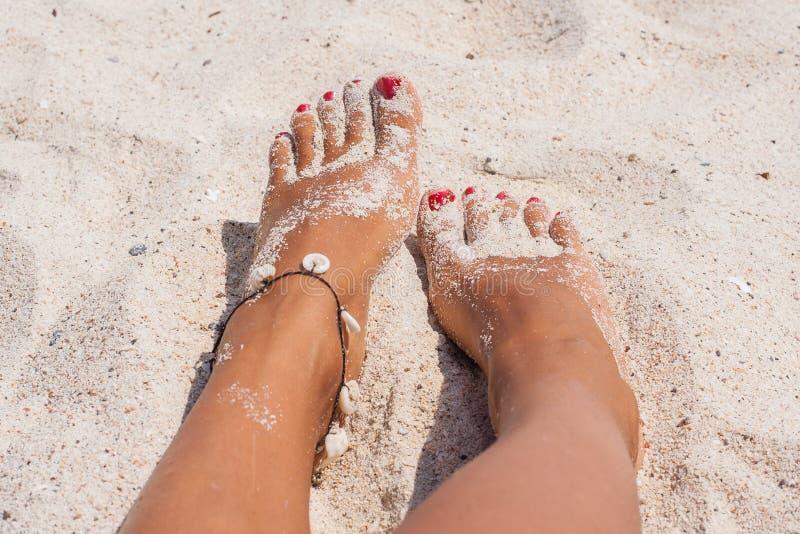 Entspannung an einem Strand, mit Ihren Füßen auf dem Sand lizenzfreie stockbilder