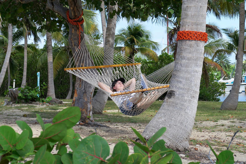 Entspannung in einer Hängematte lizenzfreies stockbild