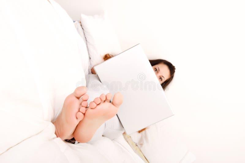 Entspannung im Bett lizenzfreies stockfoto