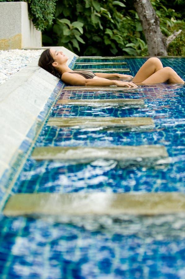 Entspannung im Pool stockfoto