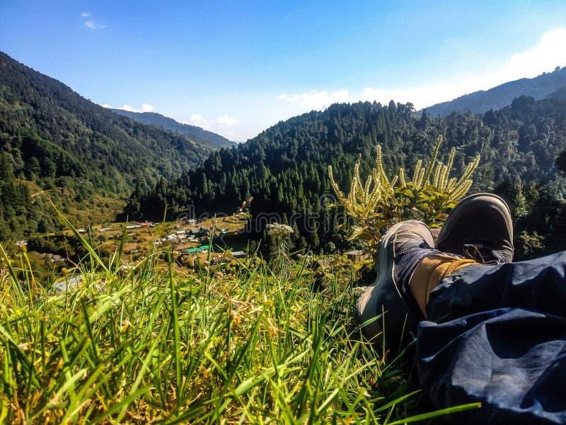 Entspannung im schönen der Natur Jungensitzen allein lizenzfreies stockbild