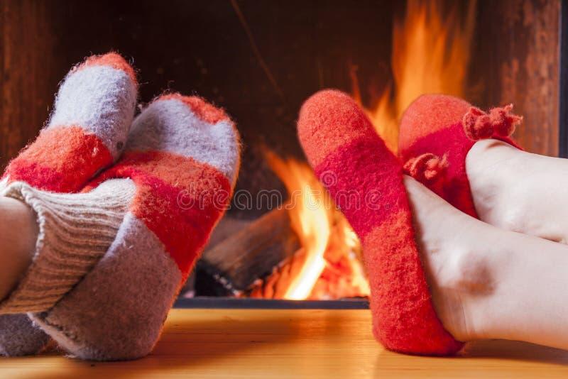 Entspannung am Kamin am Winterabend lizenzfreie stockfotos