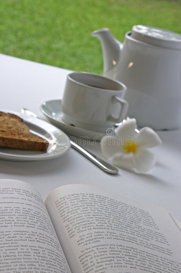 Entspannung mit einem guten Buch während der Wochenenden-u. Ferien-Frühstücke stockfoto