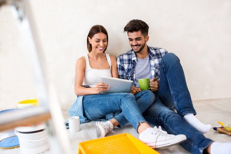 Entspannung nachdem dem Malen, Paarerneuerungshaus stockfoto