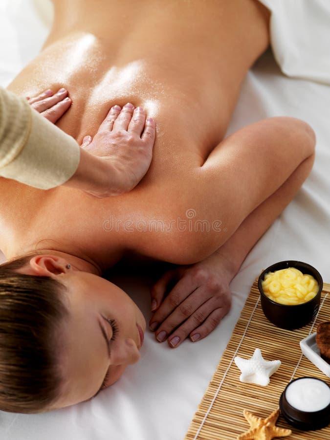Entspannung und Freude in der Massage stockbilder