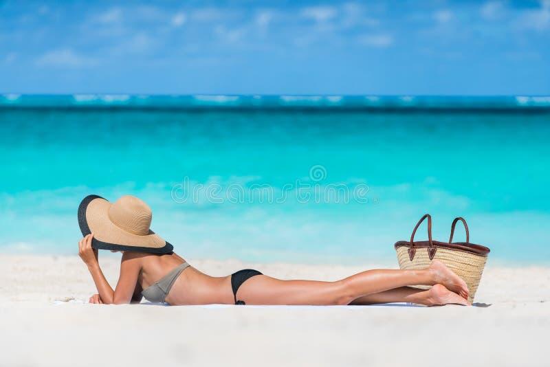 Entspannungsc$ein sonnenbad nehmen der Strandsommerferien-Frau lizenzfreie stockfotografie