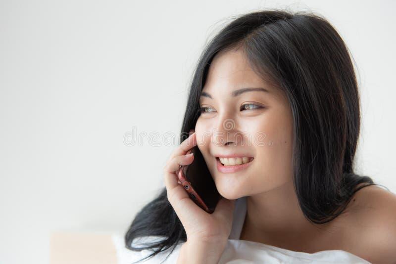 Entspannungsc$schlafen der Hauptlebensstilfrau auf Bett im Schlafzimmer, pret lizenzfreie stockbilder