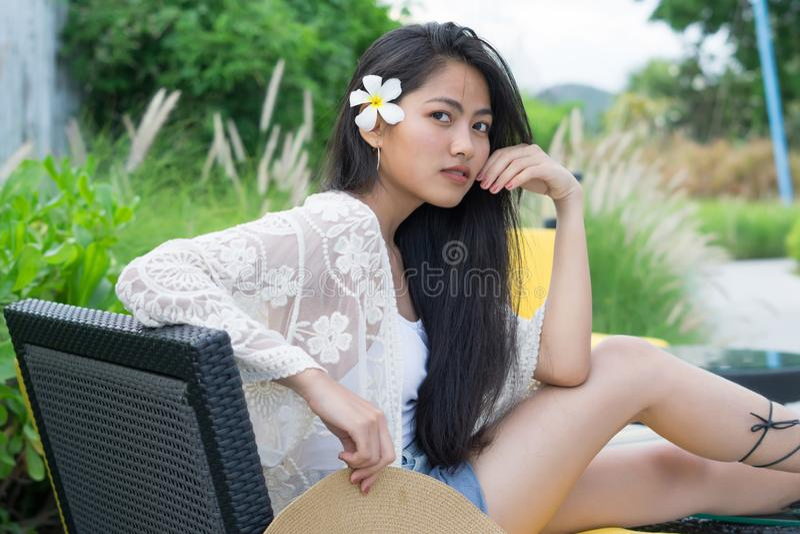 Entspannungsfrauensitzen bequem beim Sofaklubsessellächeln glücklich lizenzfreies stockbild