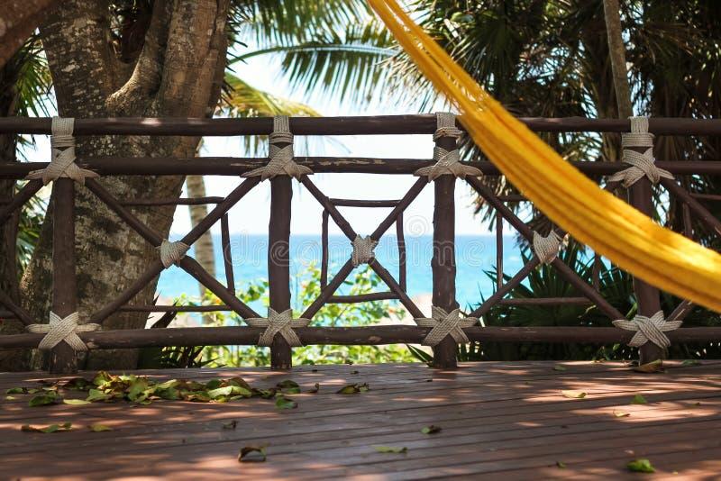 Entspannungsmeerblick von der gelben Hängematte auf Riveria-Maya, Mexiko lizenzfreies stockbild