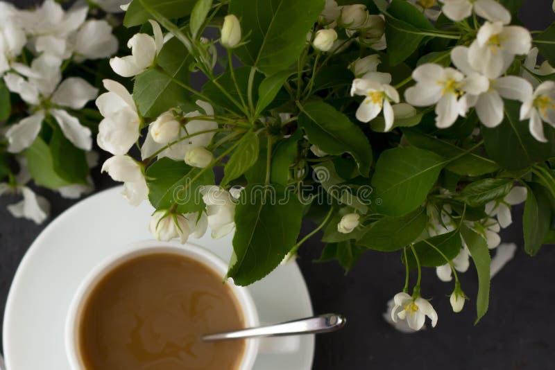 Entspannungszeit und Glück mit Tasse Kaffee lizenzfreies stockbild