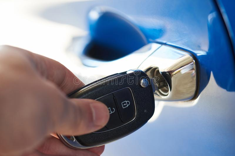 Entsperren der Autotür lizenzfreies stockbild