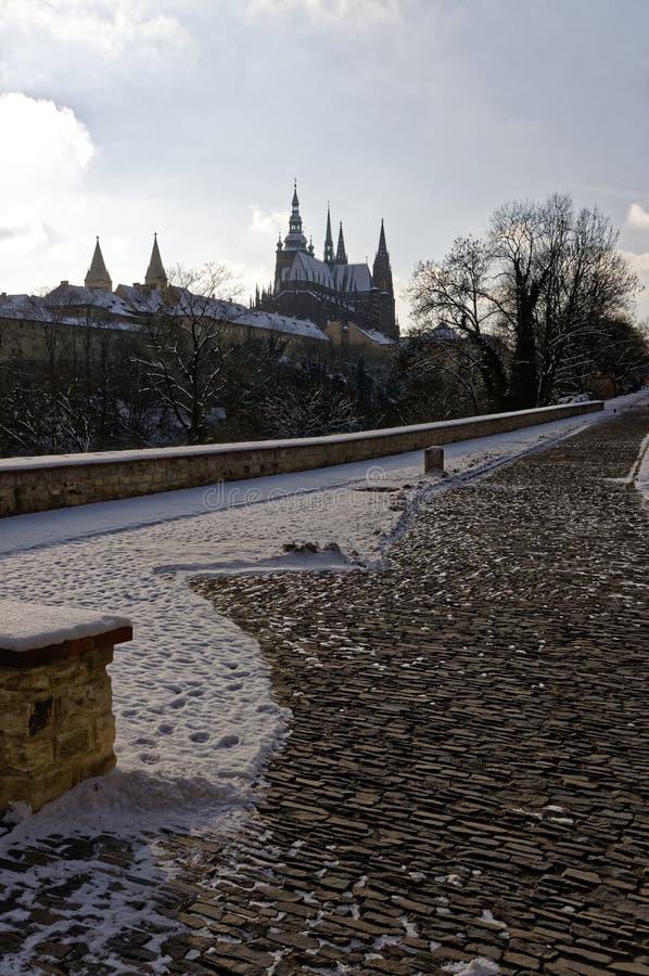 Entsteinen Sie gelegte Straße wird geklärt teilweise weg vom Schnee lizenzfreies stockfoto