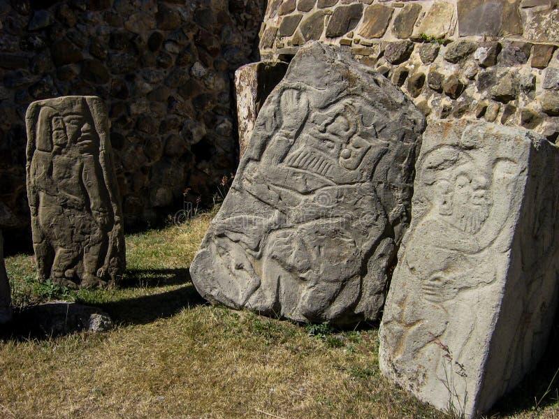 Entsteint Carvings in Monte Alban, Mexiko stockbilder