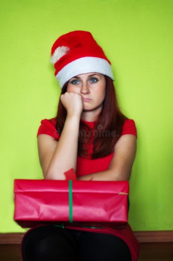 enttäuschte Frau, die Geschenk hält lizenzfreie stockfotos