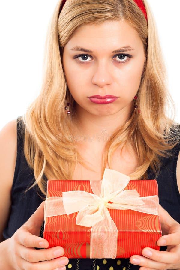 Enttäuschte Frau mit Geschenk stockfotografie