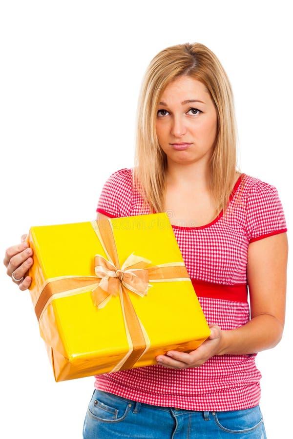 Enttäuschte Frau mit Geschenk lizenzfreie stockbilder