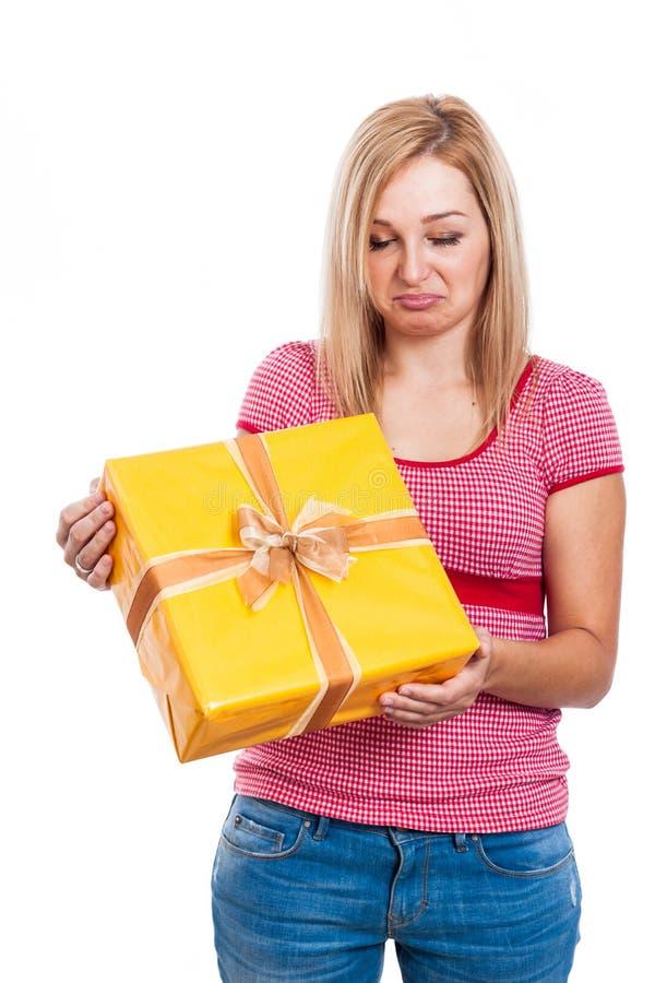 Enttäuschte Frau mit Geschenk stockfotos